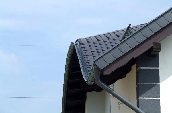 Orynnowanie dachu o nietypowym kształcie. Jaki system rynnowy wybrać?