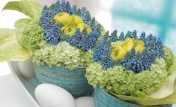 Wielkanocny stół tonący w kwiatach. Kwiatowe dekoracje na Wielkanoc