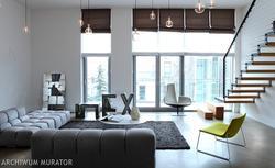 Nowoczesne wnętrza domu z wysokim salonem. Ciekawy pomysł na minimalistyczne wnętrza