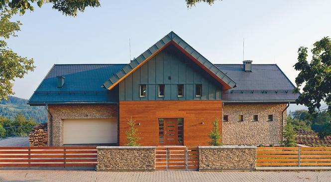 Elewacja i ogrodzenie - te same materiały, jeden styl