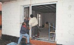 Tynkowanie ścian, montaż okien i drzwi w niskich temperaturach. Zima na budowie