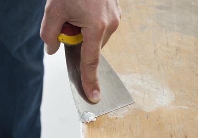Renowacja mebli. Jak naprawić zniszczony fornir naturalny? Film