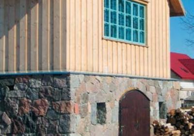 Domy murowane z drewnianymi elementami. Kiedy łączyć dwie technologie w jednym obiekcie?