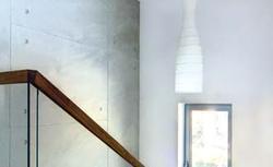 Beton architektoniczny i beton konstrukcyjny we wnętrzu. Betonowe dekoracje ścienne