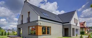 Ocieplenie domu celulozą. Jakie przynosi korzyści?