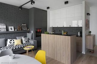 Szare ściany w salonie i żółte dodatki