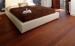 Jaka podłoga drewniana lepsza: olejowana czy lakierowana? Zabezpieczenie drewna