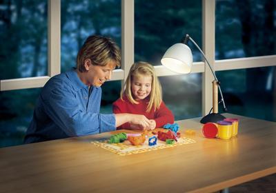 Jak płacić mniej za światło? 4 sposoby na mniejsze rachunki za energię elektryczną