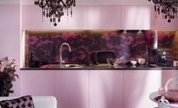 Różowa, zmysłowa aranżacja kuchni. Tapeta w kuchni w roli głównej